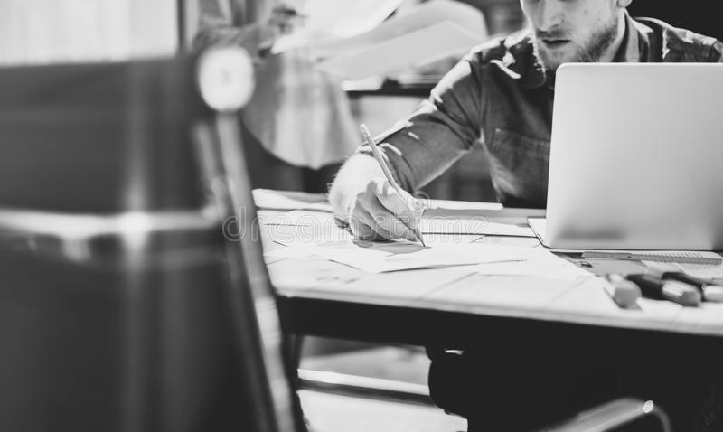 照片年轻创造性的经理乘员组与新的起始的项目一起使用在现代顶楼 握手的铅笔 水平 免版税库存图片