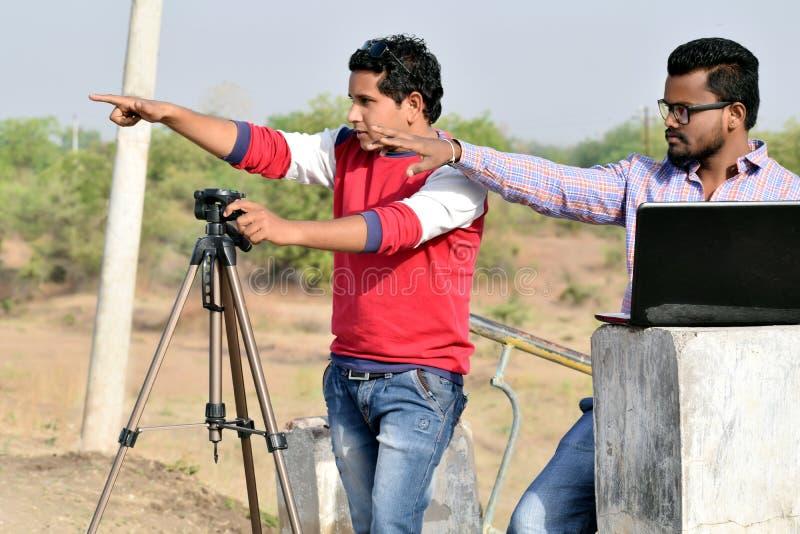 照相机人摄制 射击角度和第二个研究膝上型计算机 免版税图库摄影