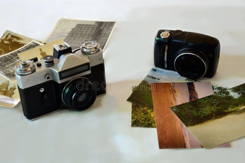 照相机和象册 颜色和黑白照片 几年技术过去 免版税库存图片