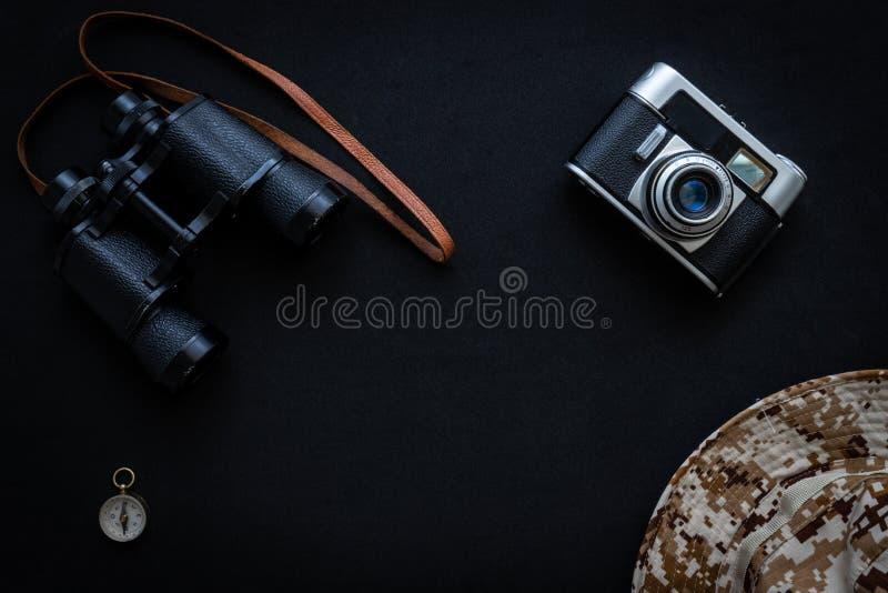 照相机多彩指南针和帽子 库存照片
