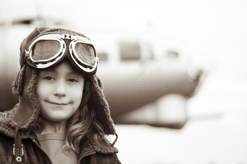 照相机女性飞行员微笑的年轻人 免版税库存照片