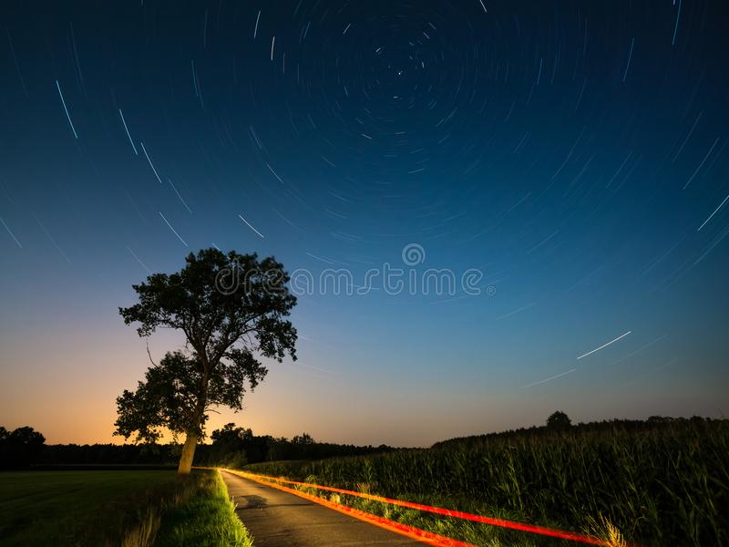 照相机导致了地球风险长的移动循环s星形线索 与北部半球和星的夜风景 漩涡夜曝光 免版税库存图片