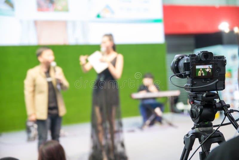 照相机展示反光镜图象在采访或广播婚礼,抓住感觉的抓住行动,在最佳的memori的停止运动 免版税图库摄影