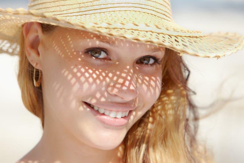 照相机帽子微笑的秸杆妇女 库存照片
