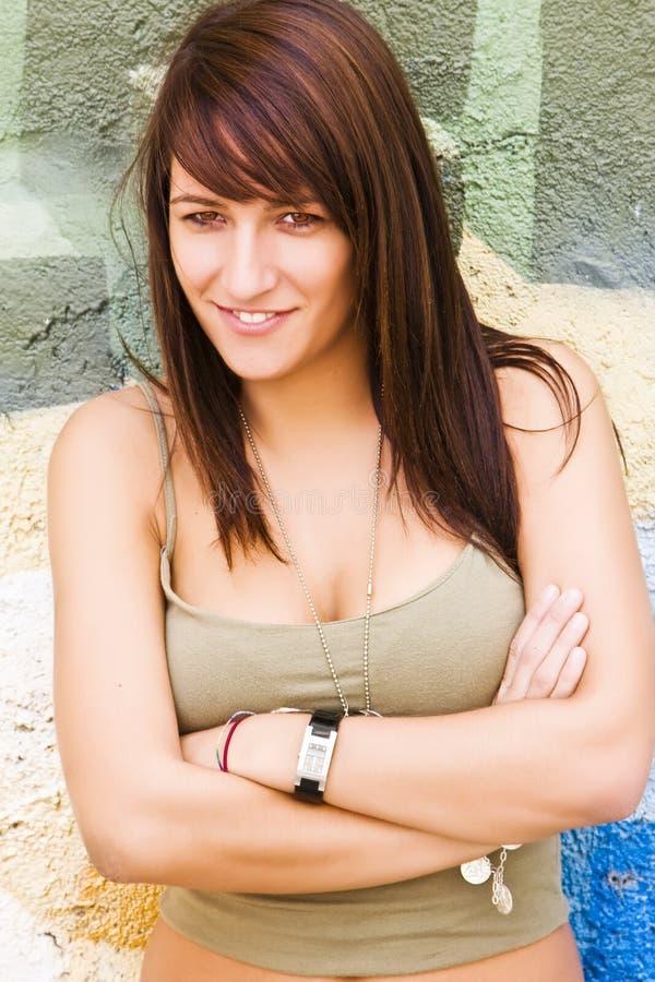 照相机微笑的妇女年轻人 免版税库存图片