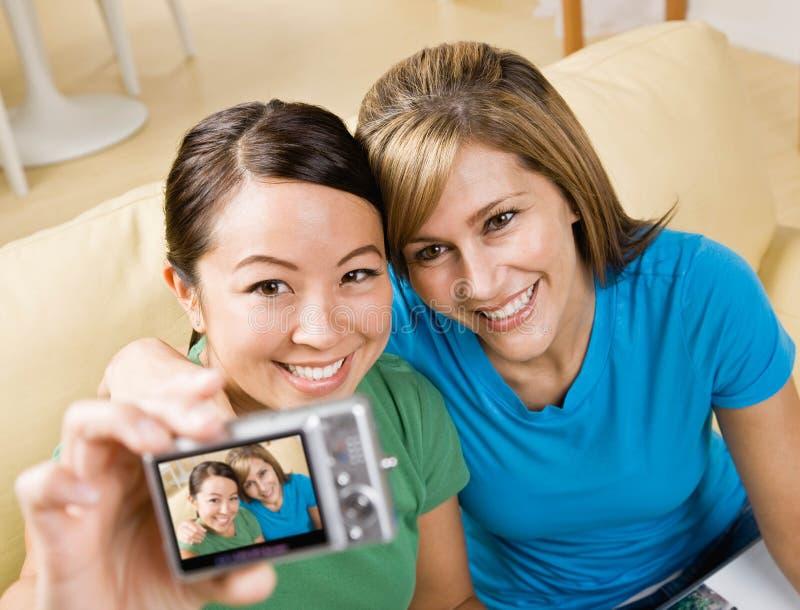 照相机数字式朋友纵向自采取 免版税图库摄影