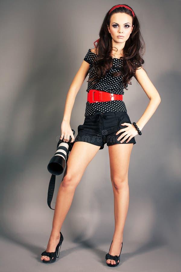 照相机方式女孩摆在 免版税库存图片
