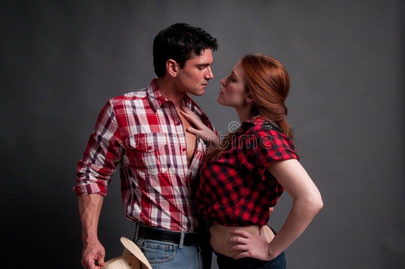 照相机的性感的夫妇姿势 免版税库存照片