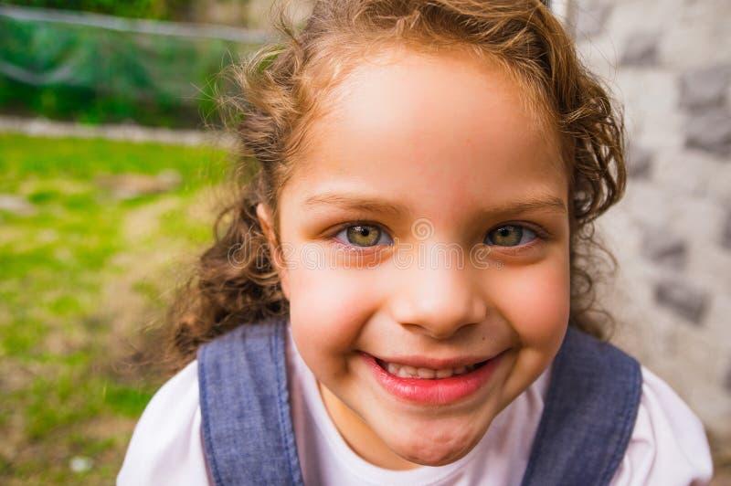 照相机的年轻摆在的深色的女孩特写镜头和 免版税库存图片