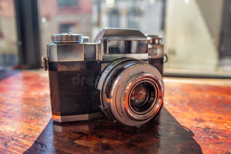 照相机葡萄酒photogtaphy木桌 图库摄影