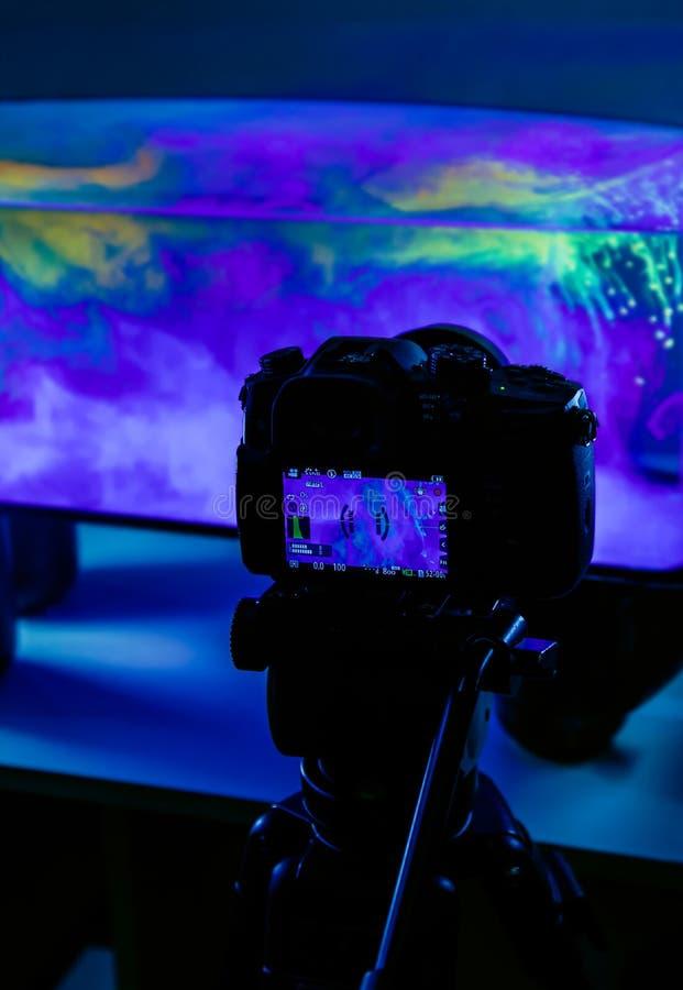 照相机dslr射击车间背景蓝色橱窗水水族馆家演播室三脚架夜班 库存图片