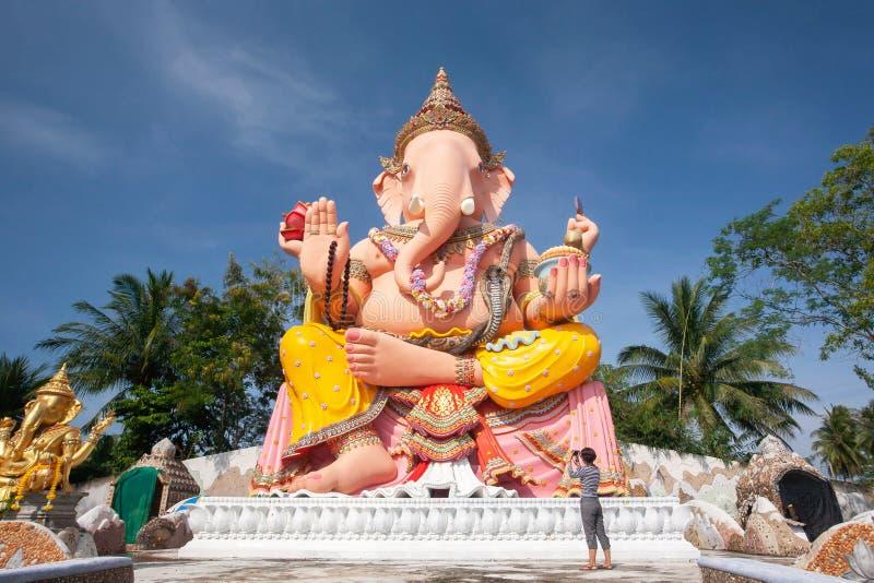 照相阁下Ganesha、女性亚洲身分和美丽的大雕象有照相机的在阁下Ganesha 那拉提瓦, 图库摄影