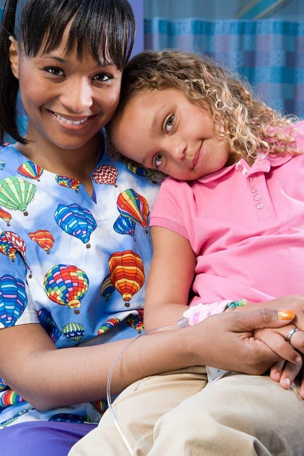 照看女孩的护士 免版税库存照片