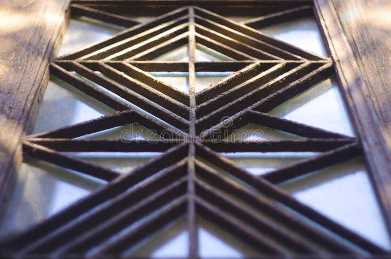 仿照艺术装饰样式的金属格栅在老房子20世纪初的门 免版税图库摄影