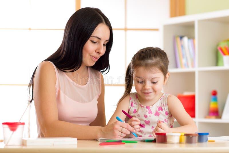 照顾使用与她的儿童女儿,使一致 库存照片