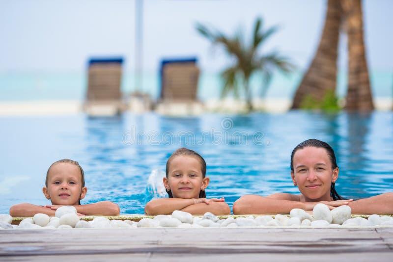 照顾和享受暑假的两个孩子  图库摄影