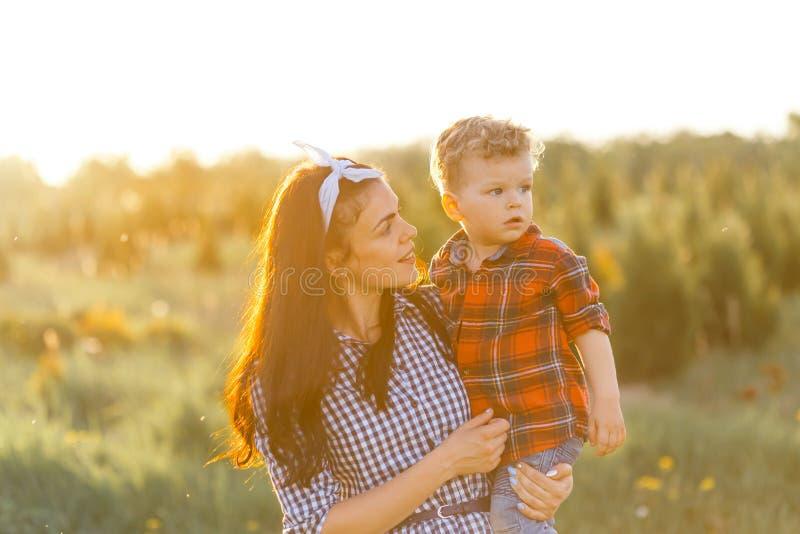 照顾和她的儿子获得乐趣外面在笑的夏天拥抱和 库存图片