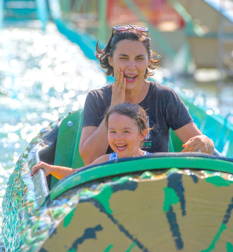 照顾和她的女儿获得乐趣在waterpark 免版税库存照片