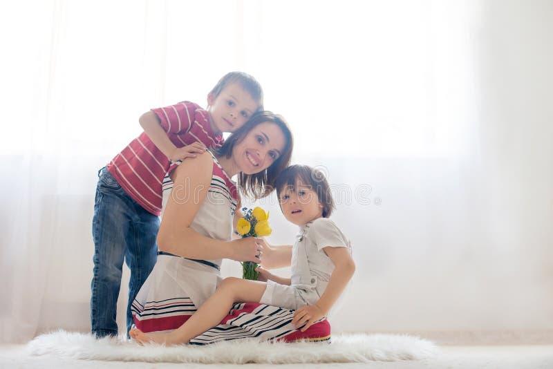 照顾和她的孩子,拥抱与柔软和关心 免版税库存图片