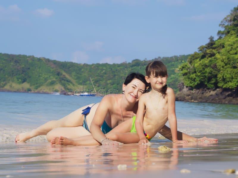 照顾和她的海滩的小女儿 库存图片