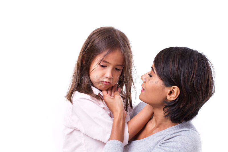 照顾安慰哭泣的女儿,充满爱心的父母的概念 免版税库存图片