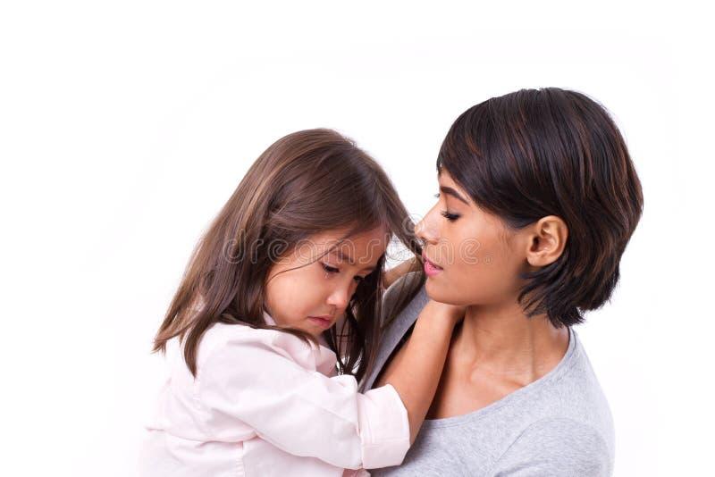 照顾安慰哭泣的女儿,家庭问题解答 免版税库存照片
