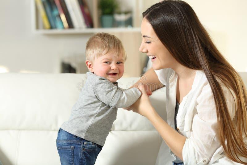 照顾帮助站立对看您的她的儿子 免版税库存照片
