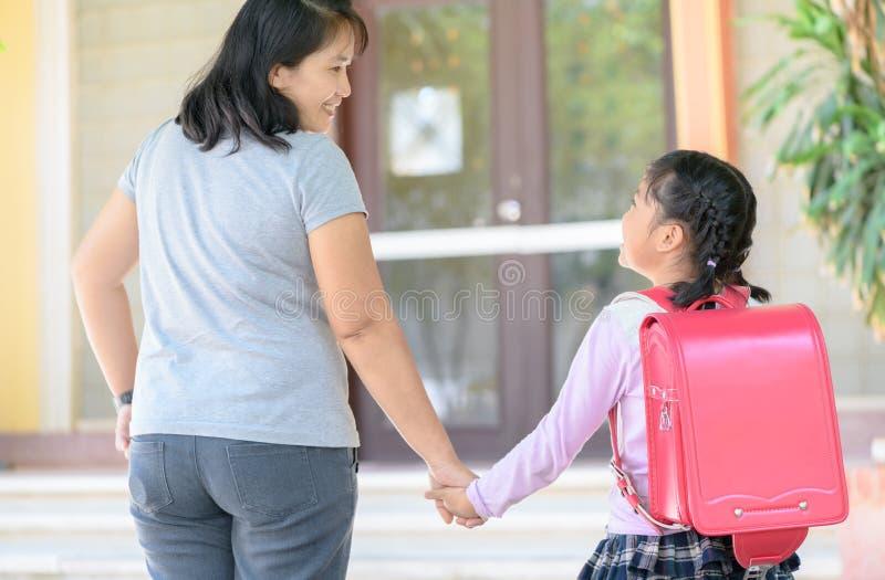 照顾握上学的女儿的手, 免版税库存照片