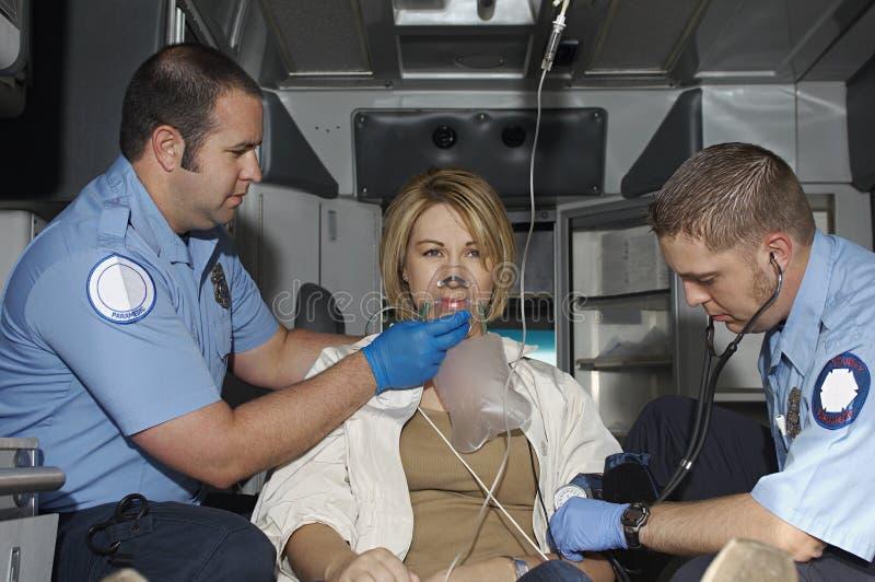 照顾救护车的受害者的医务人员 免版税图库摄影