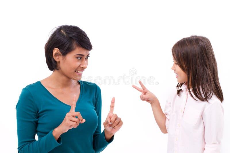 照顾教的基本的算术,对她的女儿的计数法 免版税图库摄影