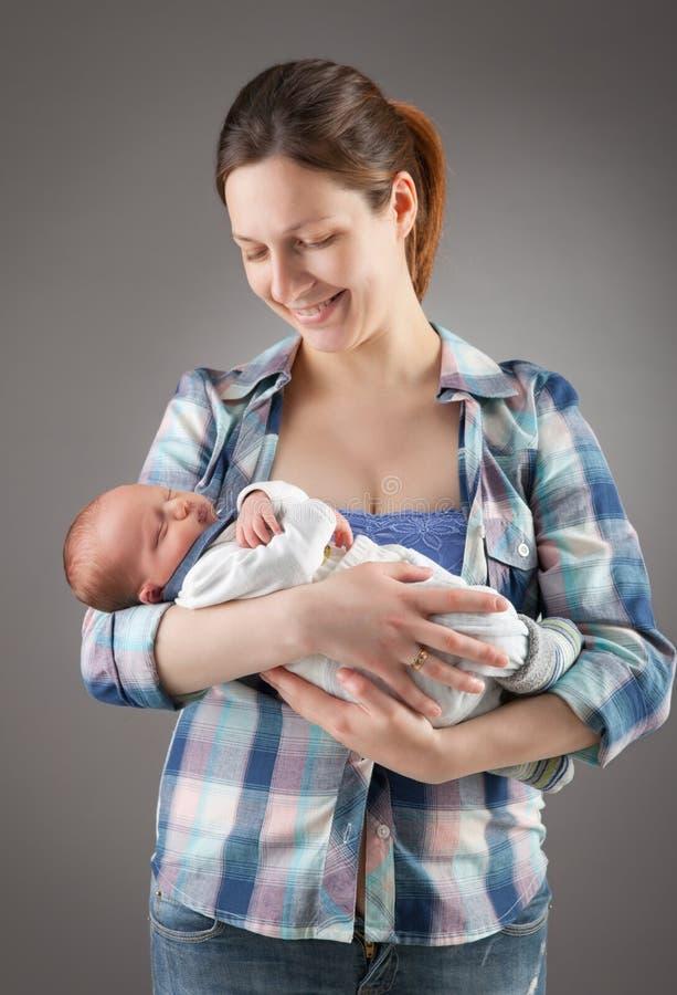 照顾立场和暂挂婴孩 库存图片