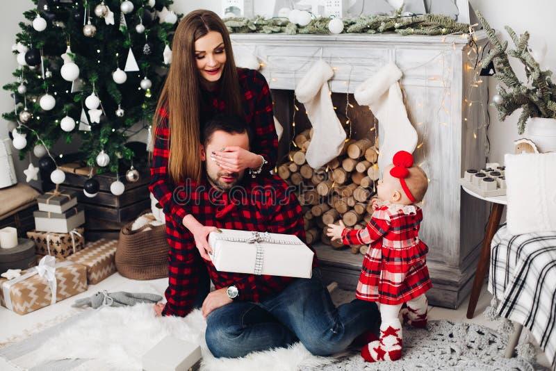 照顾给当前她的丈夫,当看他们时的婴孩 免版税库存图片