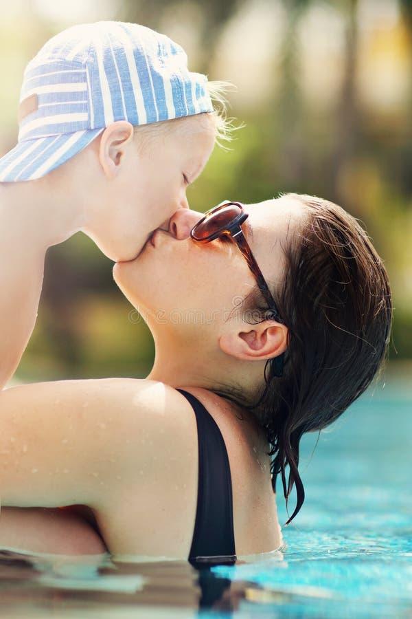 照顾获得在海滩的乐趣与她的小儿子 免版税图库摄影