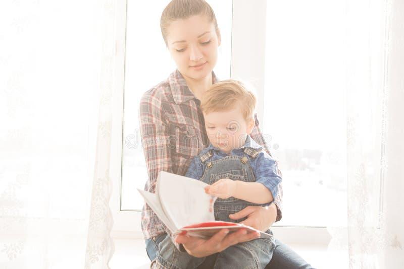 照顾读书给她的孩子一个有趣的故事 库存图片