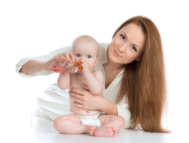 照顾从瓶的哺养的儿童婴孩用水 免版税库存照片