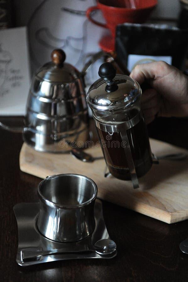 煮咖啡的过程 Barista倒从法国新闻的咖啡 特写镜头 免版税库存照片