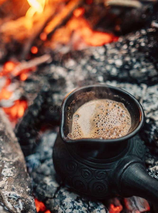 煮沸在土耳其cezva的咖啡在营火煤炭 免版税库存照片