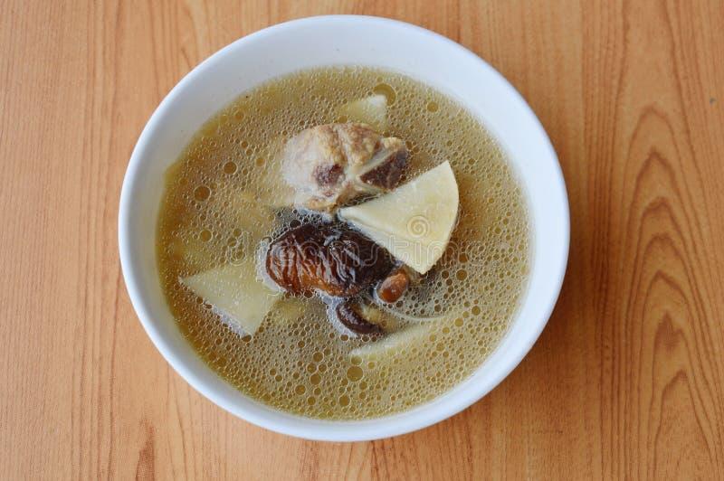 煮沸的中国笋用猪肉骨头汤 库存照片