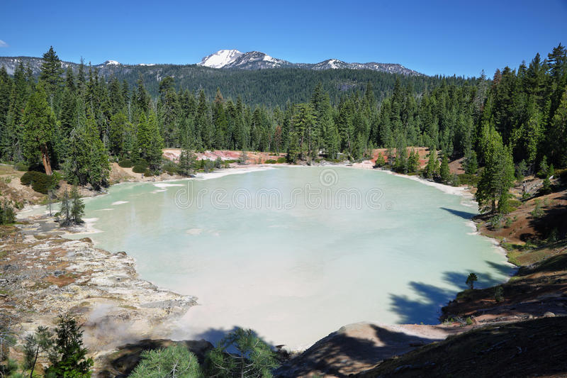 煮沸的春天湖在拉森火山国家公园 库存照片