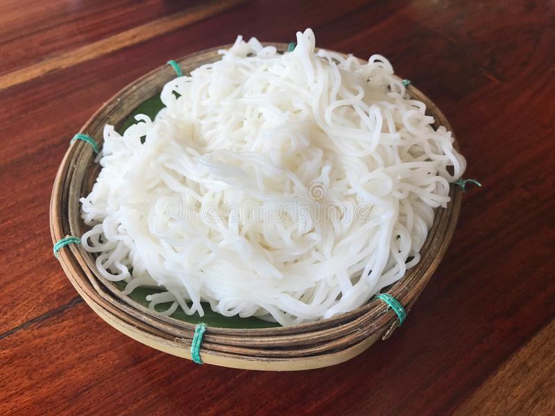 煮沸的泰国米细面条,通常吃用咖喱或番木瓜 免版税库存照片