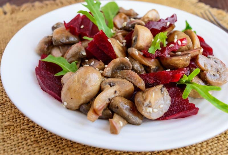 煮沸的甜菜、蘑菇和芝麻菜素食饮食维生素沙拉  免版税库存图片