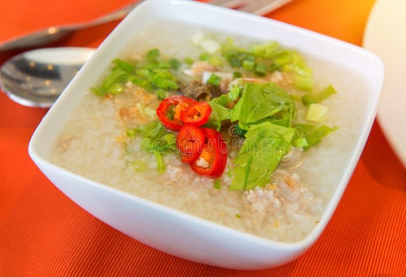 煮沸的米猪肉或软糊状食物早餐 免版税库存照片