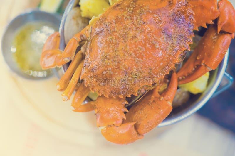 煮沸的螃蟹和海鲜在篮子葡萄酒颜色服务 库存图片