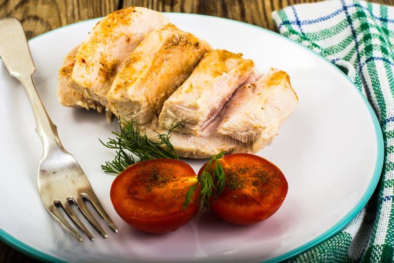 煮沸的鸡内圆角和蕃茄樱桃健康饮食食物、蛋白质午餐和晚餐 图库摄影