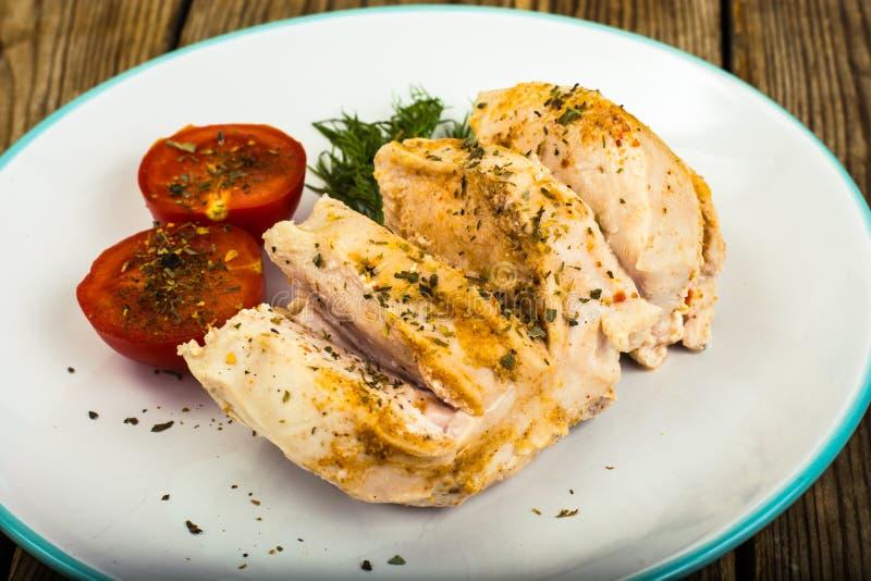 煮沸的鸡内圆角和蕃茄樱桃健康饮食食物、蛋白质午餐和晚餐 免版税库存图片