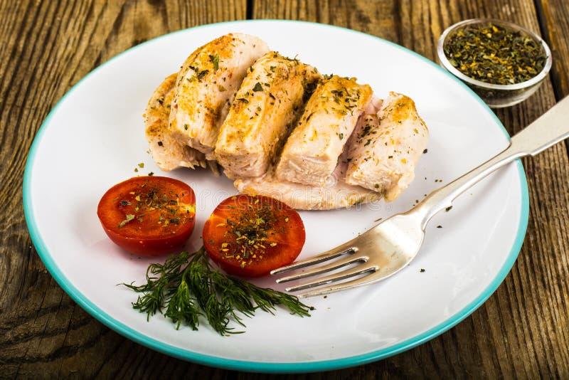 煮沸的鸡内圆角和蕃茄樱桃健康饮食食物、蛋白质午餐和晚餐 免版税库存照片