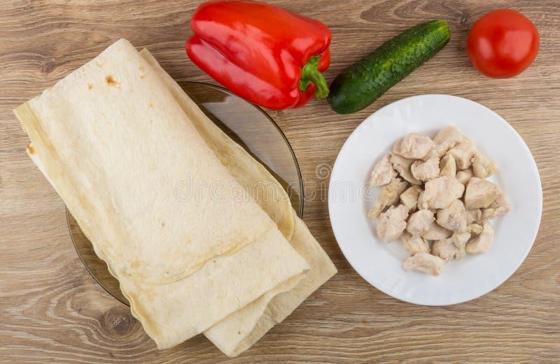 煮沸的鸡肉被折叠的lavash、菜和片断  图库摄影