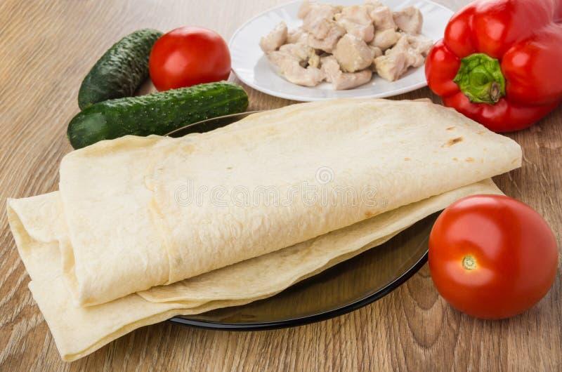 煮沸的鸡肉被折叠的lavash、菜和片断  免版税库存图片