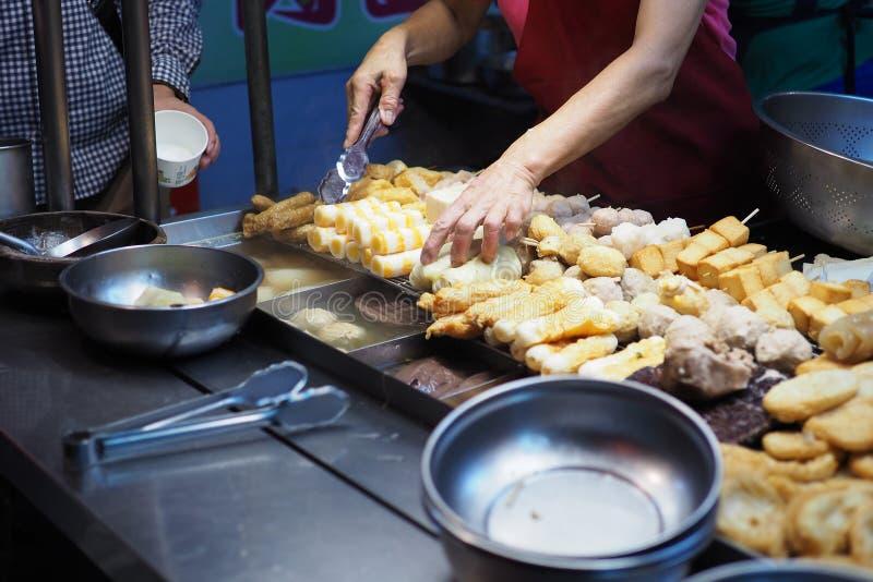 煮沸鱼丸和汤 免版税库存图片