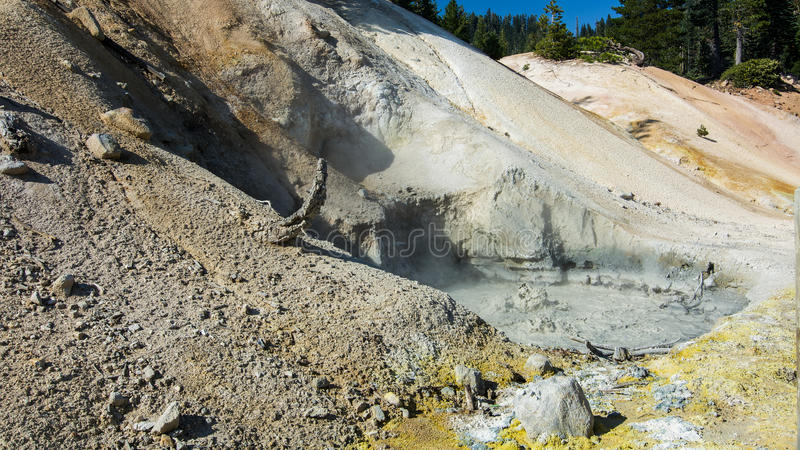 煮沸mudpot的硫磺工作在拉森火山国家公园 库存图片